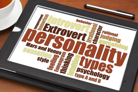 persoonlijkheidstypen woord wolk op een digitale tablet met een kopje thee