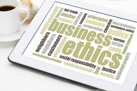 etica empresarial: �tica empresarial nube de palabras en una tableta digital con una taza de caf�