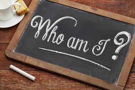 나는 누구인가? 커피 한잔과 함께 흰색 분필로 칠판에 빈티지 철학적 질문 스톡 콘텐츠