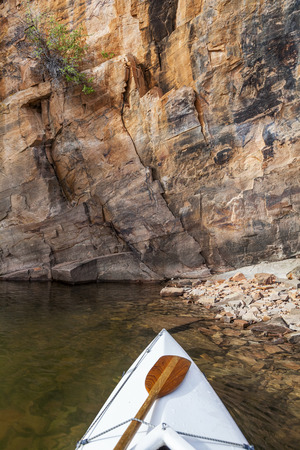 horsetooth reservoir: canoe bow with a paddle on Horsetooth Reservoir with a high sandstone cliff, Fort Collins, Colorado Stock Photo