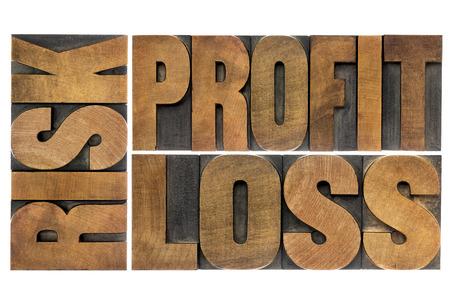 perdidas y ganancias: concepto de negocio o de inversi�n - riesgo, ganancia, p�rdida - aislado abstracta palabra en tipo de cosecha de madera Foto de archivo