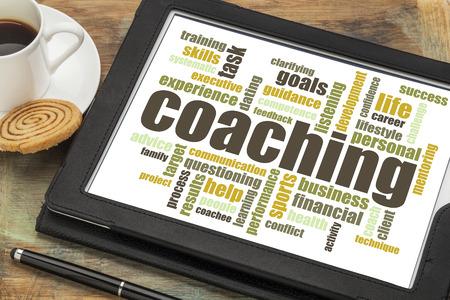 Coaching-Konzept - ein verwandtes Wort Wolke auf einer digitalen Tafel mit Tasse Kaffee Standard-Bild - 29089873