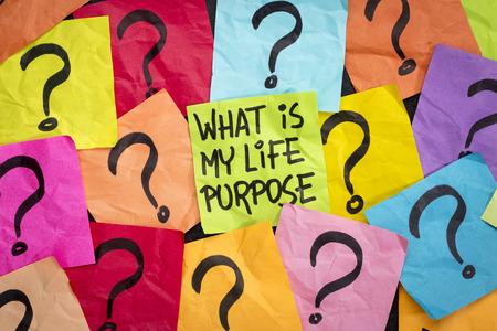 proposito: ¿Cuál es mi propósito en la vida pregunta - escritura a mano en notas adhesivas de colores Foto de archivo