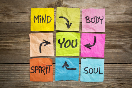 Geist, Körper, Geist, Seele und Sie - Gleichgewicht oder Wellness-Konzept - Handschrift auf bunten Haftnotizen gegen gemasertem Holz