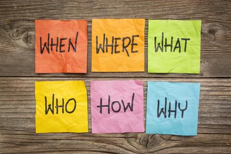 waar, wanneer, wie, wat, waarom, hoe vragen - onzekerheid, brainstormen of besluitvorming concept kleurrijke proppen memoblokjes op generfd hout