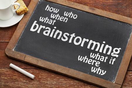 brainstormen woord met wie, wat, wanneer, waar, hoe vragen op een vintage lei schoolbord met een kopje koffie
