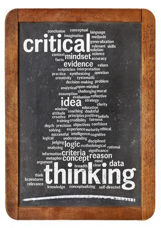 kritisch denken woordwolk op een vintage schoolbord op wit wordt geïsoleerd