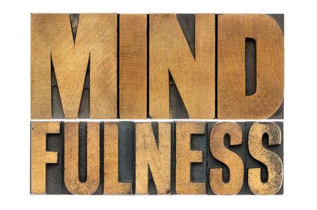 mindfulness: mindfulness woord abstract - bewustzijn concept - geïsoleerde tekst in boekdruk hout soort