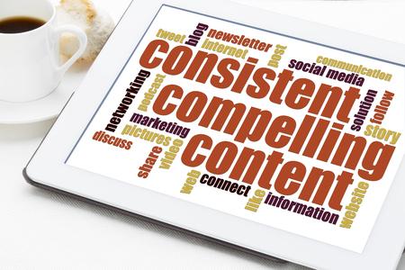 一貫性のある、説得力のあるコンテンツ - bloging、ソーシャル メディア マーケティング - デジタル タブレット上の単語の雲のための勧告