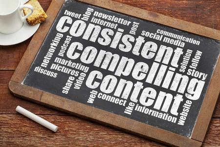 Consistente, contenido atractivo - recomendación para bloging y Social Media Marketing - una nube de palabras en el texto tiza blanca sobre una pizarra pizarra de la vendimia con la taza de café Foto de archivo - 30082337