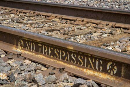 prohibido el paso: ninguna muestra de violaci�n pintado en las v�as del ferrocarril oxidados Foto de archivo