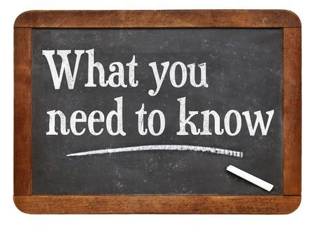 tutorial o consigli concetto - quello che c'è da sapere - testo bianco gesso su una lavagna in ardesia d'epoca