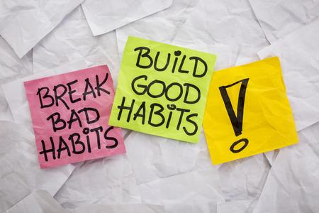 romper los malos hábitos, construir buenos hábitos - recordatorio motivador en notas adhesivas coloridas - concepto de autodesarrollo