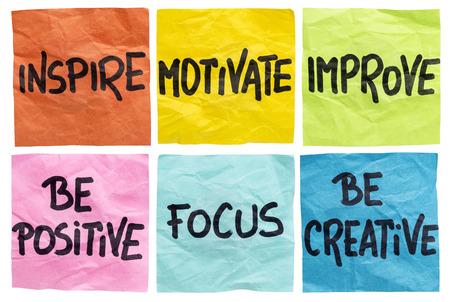 inspirovat, motivovat, zlepšit, být pozitivní, zaostřeno, být kreativní - soubor izolovaných zmačkaných poznámek s motivační slova