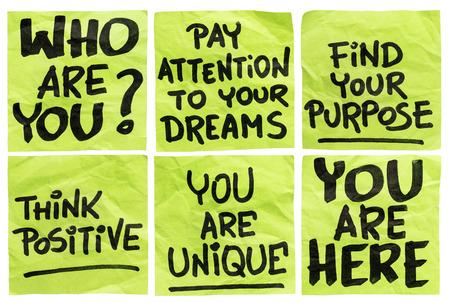 proposito: encontrar su propósito y otras frases de motivación - una serie de aislados arrugado notas adhesivas