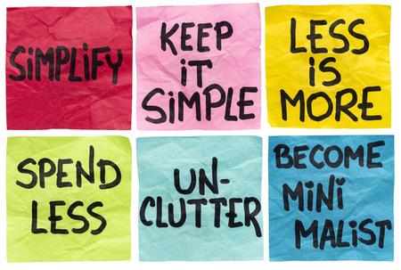 vereenvoudigen: vereenvoudigen, meer houd het simpel, minder id, minder uitgeven, overzichtelijk, uitgegroeid minimalistische - een set van geïsoleerde proppen memoblokjes met handgeschreven advies en herinneringen