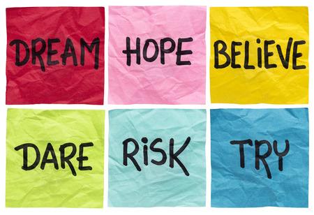osare: sogno, la speranza, credo, osare, rischiare, provare - concetto motivazionale - un insieme di isolati spiegazzato note appiccicose con consigli e promemoria scritto a mano Archivio Fotografico
