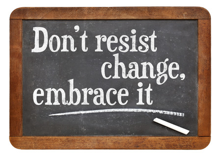 Ändern Sie nicht widerstehen, es zu umarmen - Motivphrase auf einem Vintage-Schiefer Tafel