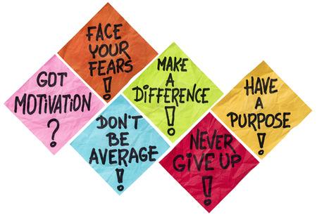 proposito: frente a sus miedos, hacer una diferencia, no seas promedio, nunca darse por vencido, tener un propósito - recordatorios de motivación - una serie de aislados arrugado notas adhesivas en diferentes colores