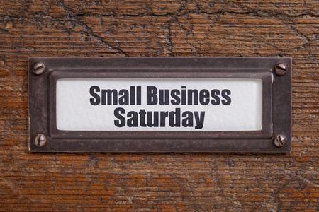 スモール ビジネス土曜日 - ファイル キャビネットのラベル、グランジ、傷木に対する青銅ホルダー