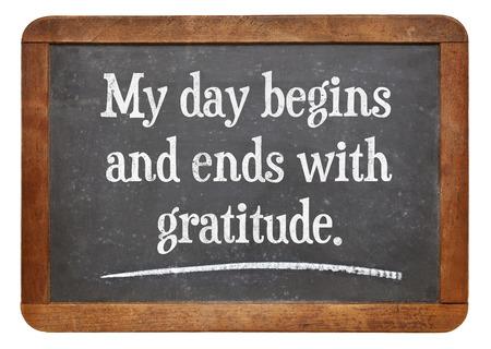 gratitudine: La mia giornata inizia e finisce con gratitudine - parole un'affermazione positiva su una lavagna in ardesia d'epoca