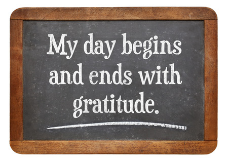 Mijn dag begint en eindigt met dankbaarheid - positieve affirmatie woorden op een vintage lei schoolbord