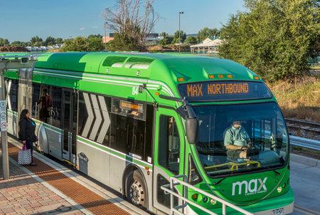フォートコリンズ、コロラド州、アメリカ合衆国 - 2014 年 9 月 16 日: マックス バス停で。最大バス高速輸送にフォートコリンズ ミッドタウン、CSU と