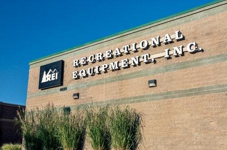 cooperativismo: Fort Collins, CO, EE.UU. - 16 de septiembre 2014: REI - Recreativo Equipment Inc tienda de fachada. REI es una corporaci�n estadounidense minorista organizado como, la venta de artes de recreaci�n al aire libre una cooperativa de consumidores, art�culos deportivos y prendas de vestir a trav�s de tiendas minoristas en 32 s Editorial