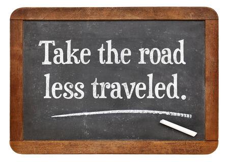 reiste: nehmen Sie die Stra�e weniger gereist - Motivationstipps auf einem Vintage-Schiefer Tafel