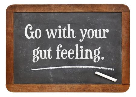 ga met je gevoel - advies of motivationele herinnering op een vintage lei schoolbord