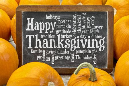 happy family: Feliz nube de palabras de acci�n de gracias en una pizarra de la vendimia pizarra rodeado de calabazas Foto de archivo