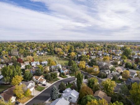Luchtfoto van Fort Collins woonwijk, typisch langs Colorado Front Range, herfstkleuren landschap