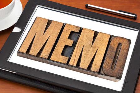 メモ茶とデジタル タブレット活版木材の種類内の単語 写真素材 - 32804647