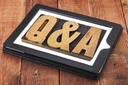control de calidad: preguntas y respuestas - Q & A en el tipo de cosecha de madera de tipografía en una tableta digital en contra de madera del granero rojo