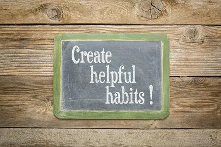 Creëren behulpzaam gewoonten herinnering of advies op een lei schoolbord tegen de rustieke verweerde houten planken Stockfoto - 33256858