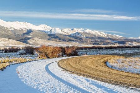 arri�re-pays: salet�s de la route de l'arri�re-pays avec la m�decine neigeux Bow montagnes en arri�re-plan, North Park, pr�s de Walden, Colorado, fin paysages d'automne