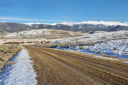 arri�re-pays: route de salet� de l'arri�re-pays avec la m�decine de neige Bow Montagnes en arri�re-plan, North Park, pr�s de Walden, Colorado, fin paysages d'automne