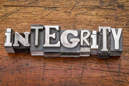 integridad: palabra integridad en bloques de impresión tipo de metal de la vendimia sobre la madera del grunge
