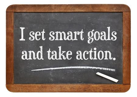 metas: Me pongo metas inteligentes y tomar medidas - palabras de afirmaci�n positiva en una pizarra pizarra de la vendimia