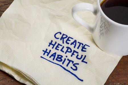 creëren behulpzaam gewoonten herinnering of advies - handschrift op een servet met een kopje espresso koffie Stockfoto