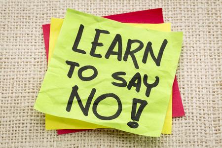 Imparare a dire di no consigli o promemoria su una nota adesiva verde contro tela canvas Archivio Fotografico - 33829727