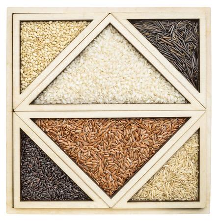 Triángulos y cuadrados - arroz abstractos grano en una bandeja de madera aislada inspirados en rompecabezas tangram chino Foto de archivo - 33934151