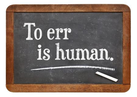 Vergissen is menselijk - een citaat van Engels schrijver Alexander Pope - tekst op een vintage lei schoolbord