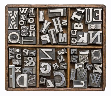 cartas antiguas: s�mbolos del alfabeto y de otro tipo en bloques de impresi�n tipo de metal antiguos en una caja de madera digitador r�stico