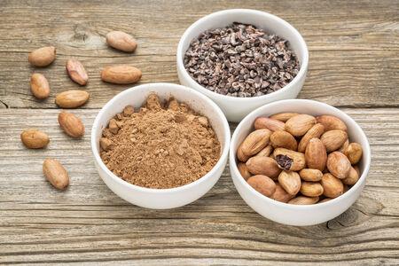 カカオ豆及びニブポイント粒木材に対して白のセラミック ボールで粉末