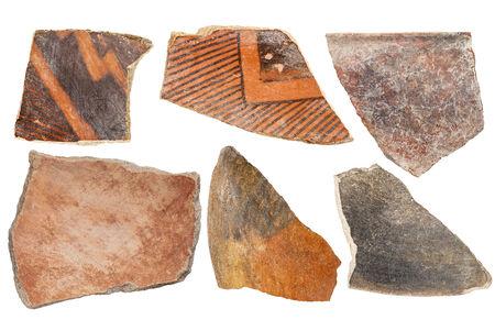 anasazi: antica Native American Indian (Anasazi) artefatti, sei cocci di ceramica isolato su bianco