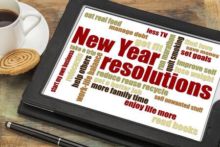 새해 목표 또는 결의안 - 커피 한잔과 함께 디지털 태블릿에 단어 구름