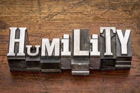 palabra humildad en bloques de impresión tipo de metal antiguos mixtas sobre madera grunge