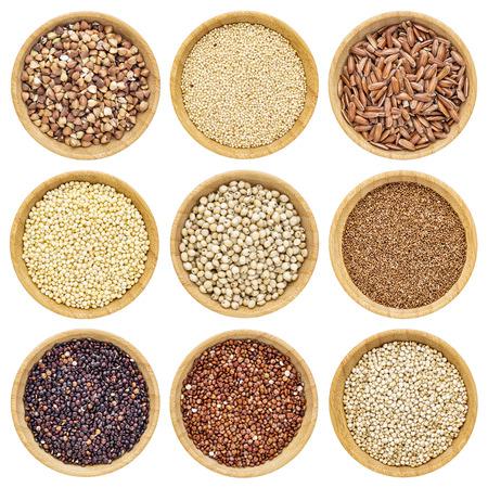 sorgo: gluten granos libres - alforf�n, amaranto, arroz integral, mijo, sorgo, teff, quinua negro, rojo y blanco - cuencos de madera aisladas Foto de archivo