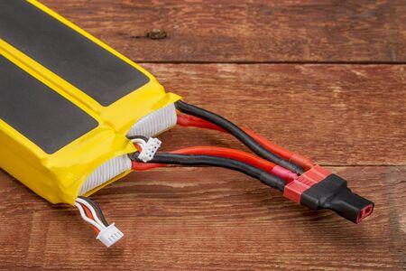 drones: Due polimeri di litio-ioni di batterie ricaricabili (LiPo, LIP, Li-Poly) collegati in parallelo. Batterie LiPo sono utilizzati in elettronici portatili, droni e modelli radiocomandati.
